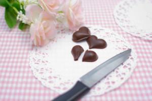 ハート形チョコを切る